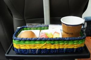 パンとフルーツ、温かいコーヒーの軽食つき
