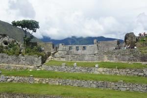 谷側からみた3つの窓の神殿